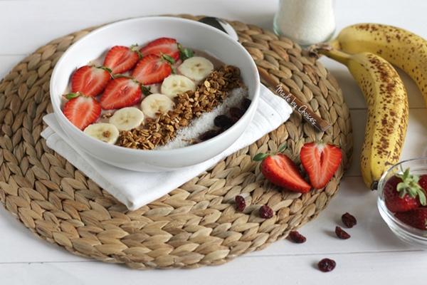 Smoothie bowl de banana e morangos