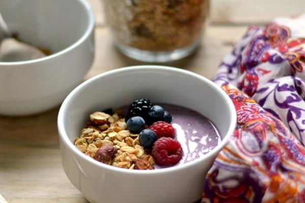 Taça de açaí e iogurte com granola