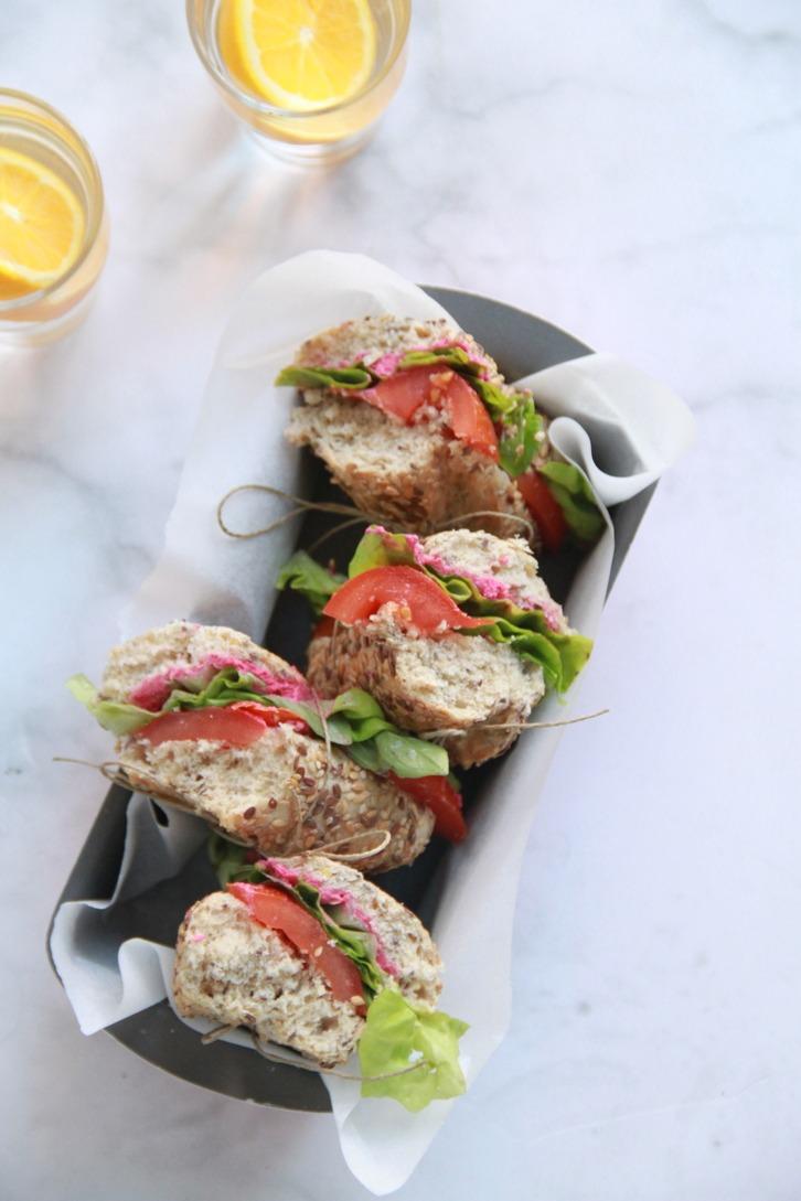 Sandes de hummus rosa com manjericão