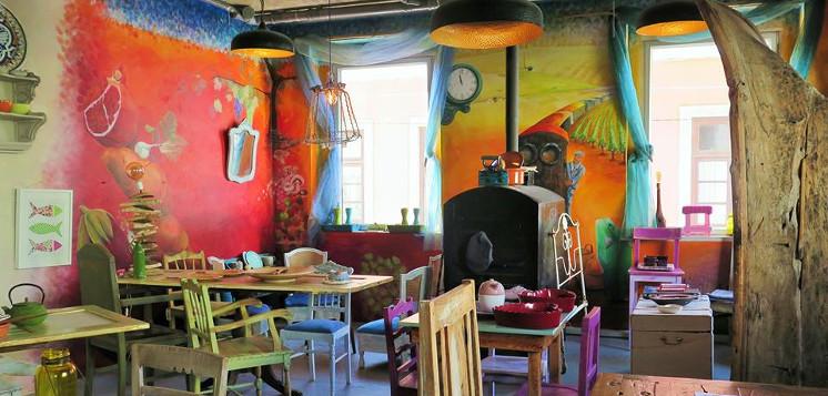house of wonders o restaurante vegetariano que tambem galeria de arte. Black Bedroom Furniture Sets. Home Design Ideas